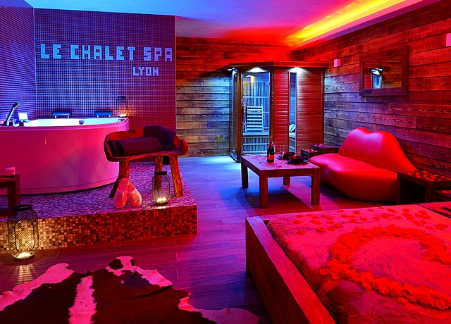 chalet spa lyon chambre avec jacuzzi privatif et sauna