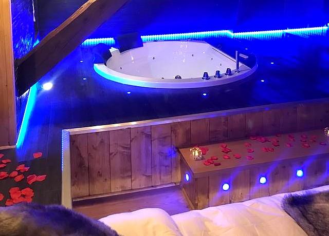 chambre avec jacuzzi privatif à Lyon chalet love and spa villeurbanne