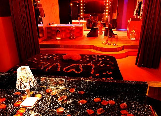 le cabaret vip spa lyon chambre avec jacuzzi privatif