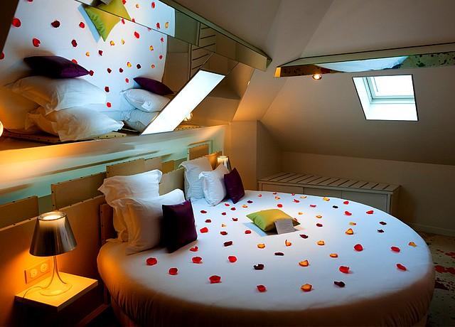 chambre avec miroir au plafond sur paris hotel design secret de paris