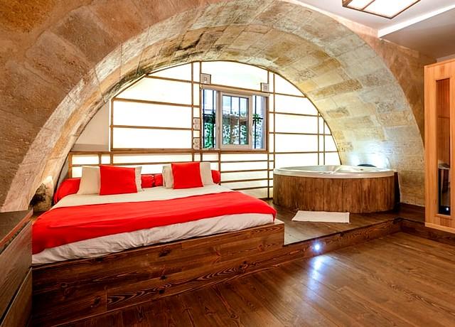 dormir dans une chambre avec un jacuzzi privatif à Bordeaux au Loft and Spa
