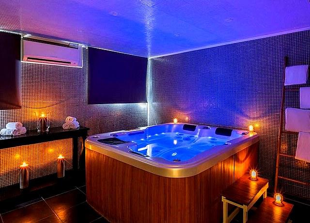 chambre avec jacuzzi privatif sur lille à l'urban hotel et spa lille