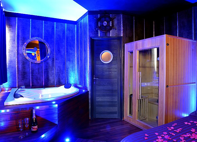 chambre avec miroir au plafond à Lyon au Boat Spa Lyon