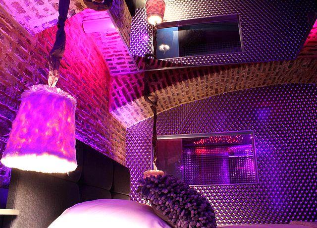 Chambre d'hôtel avec miroir au plafond à Lille au Private room & Spa