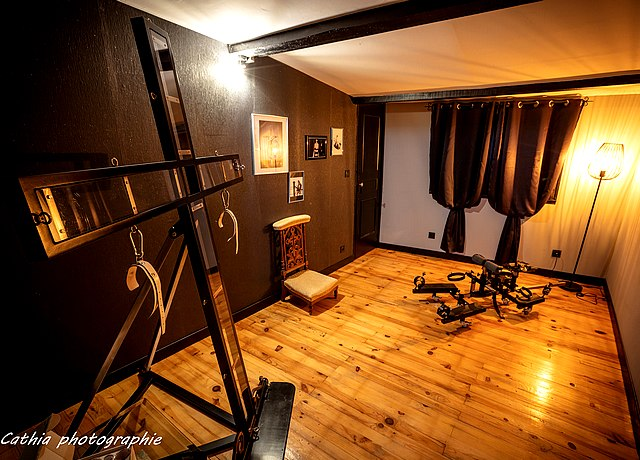 Donjon d'une chambre BDSM proche de Bordeaux à la Maison des Soupirs