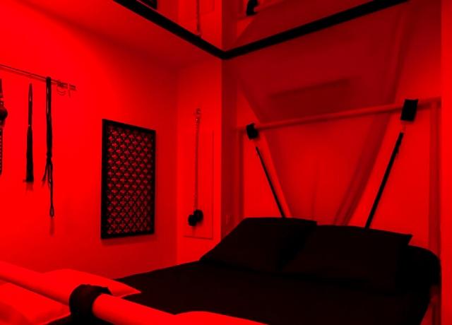 Chambre d'hotel Sm à Marseille inspirée de 50 nuances de Grey au Passage privé
