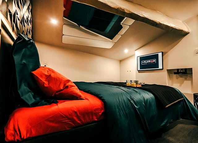 Chambre d'hôtel avec miroir au plafond à Bordeaux à The Playroom