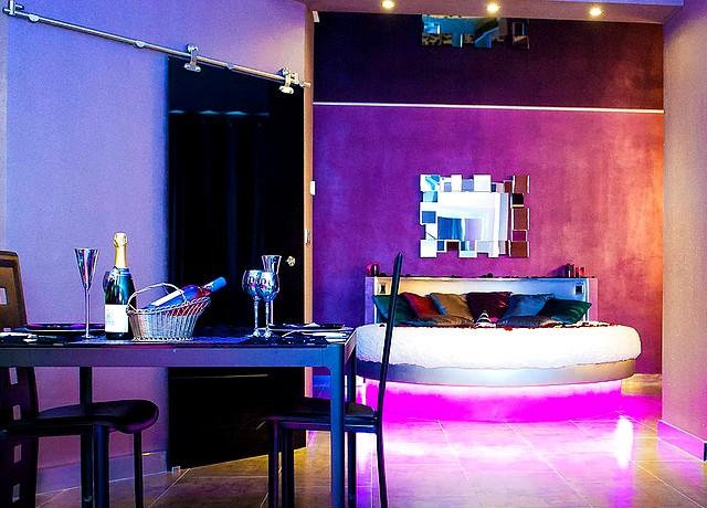 Lofts et appartements avec une chambre avec miroir au plafond proche de Montpellier
