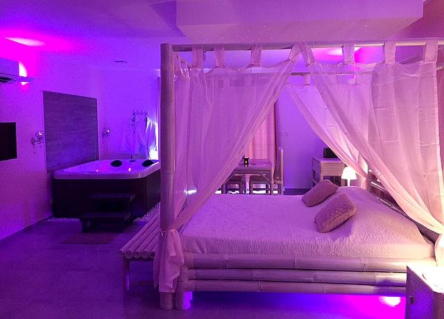 Suites avec une chambre avec jacuzzi privatif proche de Montpellier à L'instant romantique
