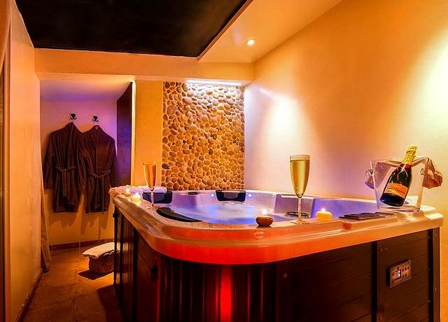 Suites avec des chambres avec jacuzzi privatif proche de Montpellier au Clos de Camargue