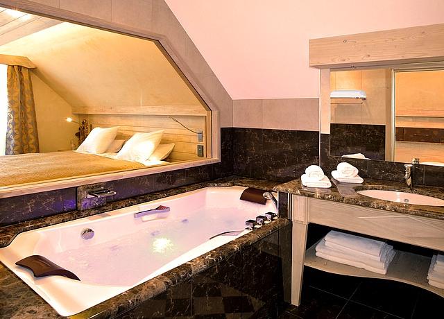 Hôtel avec des suites et des chambres avec jacuzzi privatif à Strasobourg à l'hostellerie des chateaux
