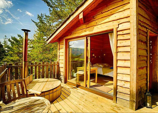 Dormir dans une cabane dans les arbres près de Lyon aux Cabanes La Haut