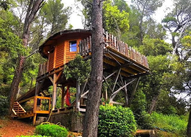 Dormir dans une cabane dans les arbres près de Marseille à l'Auberge de la Tuiliere